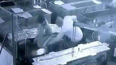Photo of بالفيديو.. مدير أراد ممازحة عامل فقتله