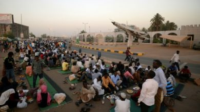 Photo of الحوار بين العسكريين وقادة الاحتجاجات في السودان يستأنف الإثنين