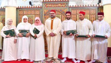 Photo of أمير المؤمنين يسلم جائزة محمد السادس للمتفوقات والمتفوقين في برنامج محاربة الأمية بالمساجد برسم السنة الدراسية 2018-2019