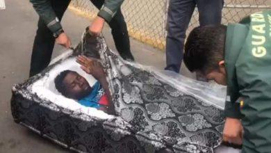 Photo of طريقة غير مسبوقة في الهجرة السرية .. شاهد الشرطة تعثر على مهاجرين داخل ''ماطلا''